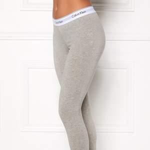 Ett par gråa CK leggings jag använt 3 gånger, så gott som nya. De är stretchiga, tjockare nere vid vristen och i ett bra skick. De är tvättade 1 gång då jag tvättade de första gången jag använde de. Fick de i present och kunde därför inte lämna tillbaka de. Pris kan diskuteras :)