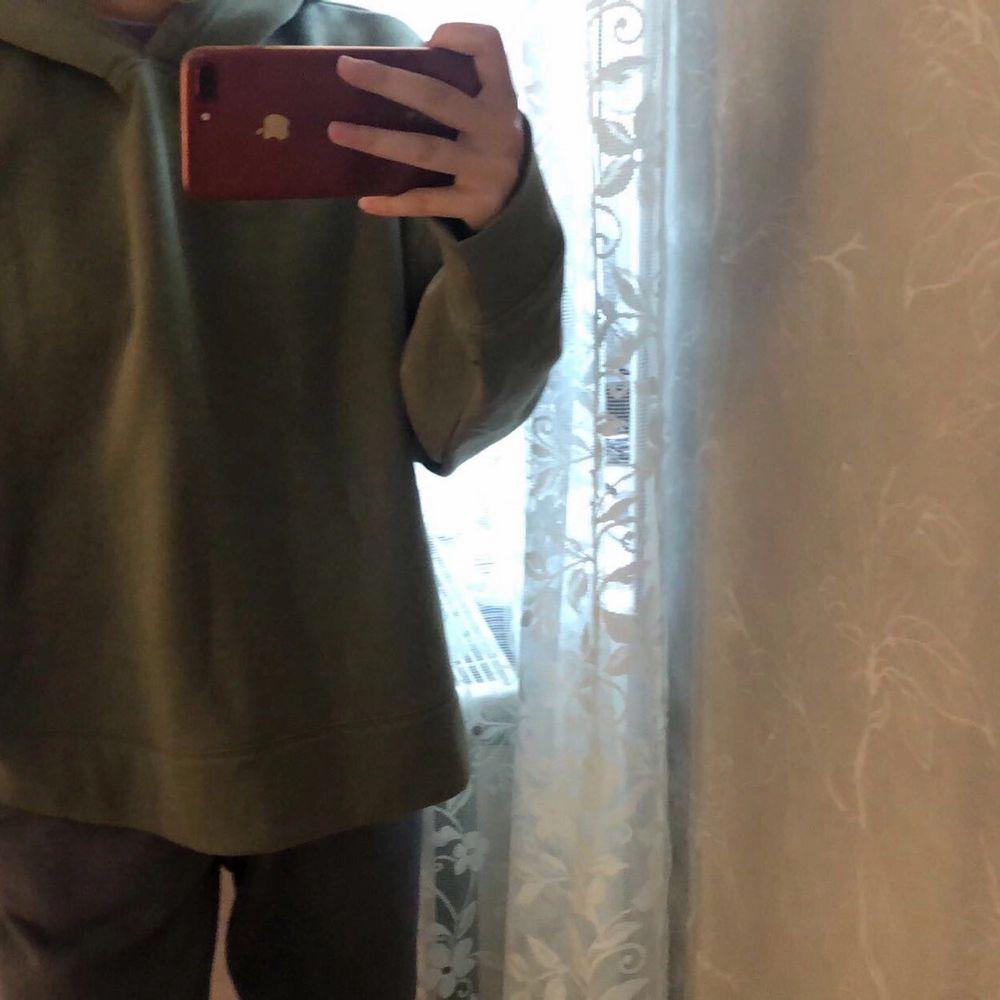 Jättemysig stor hoodie som tyvärr inte har någon slags användning längre. Är vanligtvis en XS och såhär sitter den på mig💕. Tröjor & Koftor.