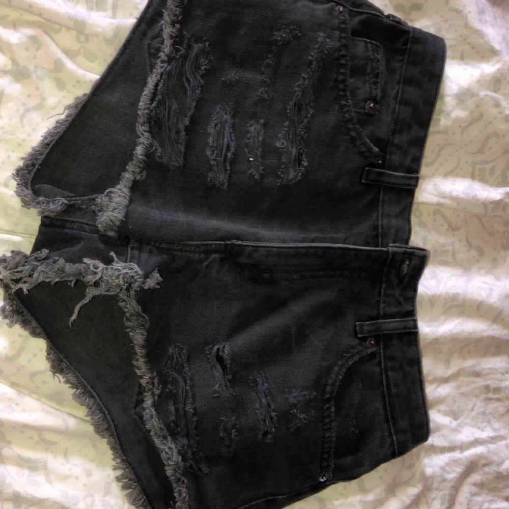 Svarta shorts med slitning. Shorts.
