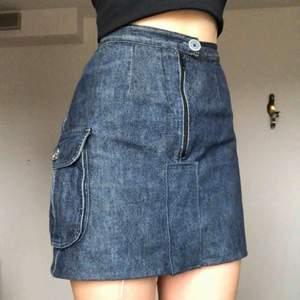 Kort jeanskjol med ficka på ena sidan. Frakt: 46kr💕