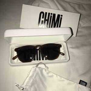Helt oanvända och nya Chimi solglasögon☀️superfina! I modellen #001 och färgen COCO!☺️inköpta för 1000kr därav priset!