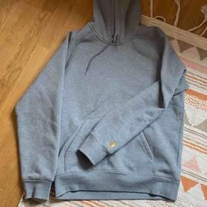 Ny carhartt tröja använd 1 gång! Riktigt mjuk och skön. Frakt tillkommer