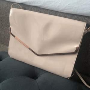 Ny . Snygg clutch väska. Färg ljusbeige