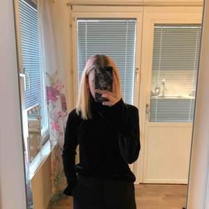 En super fin svart tröja med hög krage. Materialet är sammet. Fint skick, passar allt från xs-m beroende på hur man vill att den ska sitta! Kan både mötas i östersund och fraktas (frakten kollar jag upp vid intresse) 🌞
