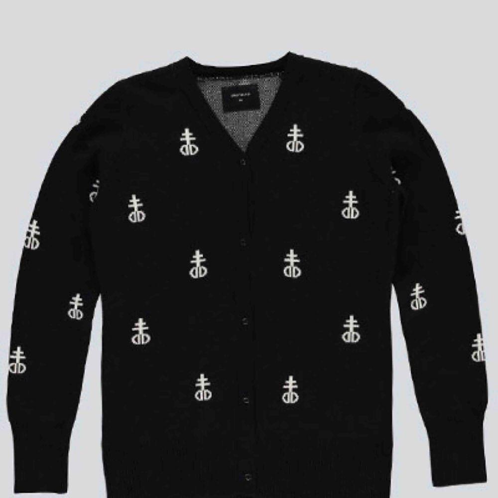 Säljer min DROPDEAD blashphemy sweater som inte säljs längre. 🖤 Frakten tillkommer 🖤. Tröjor & Koftor.