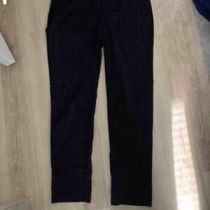 Mörkblå rutiga kostymbyxor, perfekta till en vanlig vit t-shirt eller även en tjocktröja nu till vintern! Väldigt fina och i bra skikt, fråga gärna om du har någon fundering:)