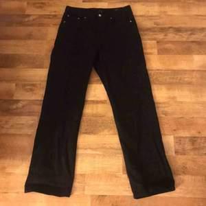 Svarta jeans ifrån Weekday! Säljes pga av att de ej kommer till använding, köparen står för frakt🥰🥰