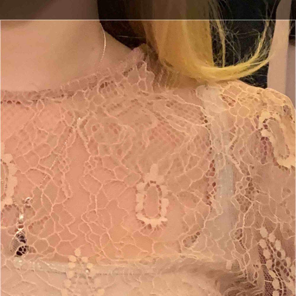 Rosa blus från MNG. Passar en storlek S bra. Övre delen av tröjan som är spets är genomskinlig, behövs ett linne under.  Frakt kostar 22kr, köpare betalar.  . Blusar.