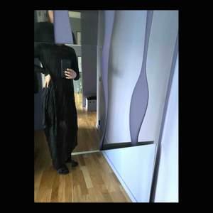 Svart klänning från BACK. Aldrig använd. Storlek XS-S. Snarare än S-M. Klänningen har en triangelformad framsida som är lång och rak kort baktill. Silkigt och plisserat tyg