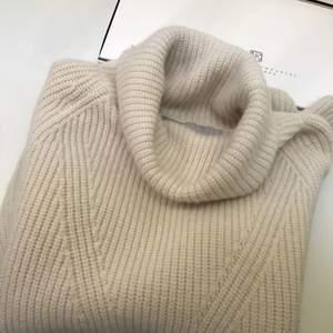 Säljer en prisvärd stickad tröja från märket Tiger of Sweden. Färgen är vit/beige skulle jag säga. Med polokrage och två snygga dragkedjor som detalj (går att öppna oh stänga). Väldigt snygg och mysig!   Säljer för endast 250kr plus frakt