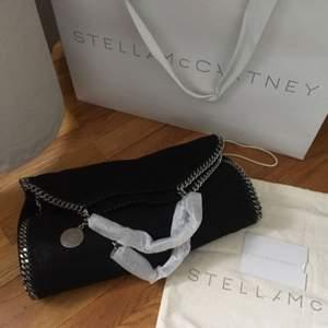 Jättefin Stella McCartney falabella väska, inköpt i butiken i Stockholm hösten 2015 för 7100kr. Väskan har precis varit i Italien och fått nya kedjor och är därför som ny! Har kvitto och dustbag kvar. Pris går att diskutera vid snabb affär.