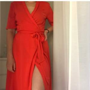 Röd wrapdress köpt här på plick men oanvänd av mig då jag har för många klänningar! Supersnygg! Står xs på men passar även s och m. Hör av er om ni undrar något!