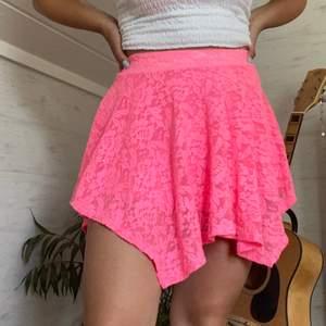 Neon rosa kjol köpt när jag var liten på kappahl men har knappt använt. Fin spets och bra kvalité. Den är köpt från barnavdelningen i strl 146/152 vilket ungefär motsvarar XS/S. Pris kan diskuteras