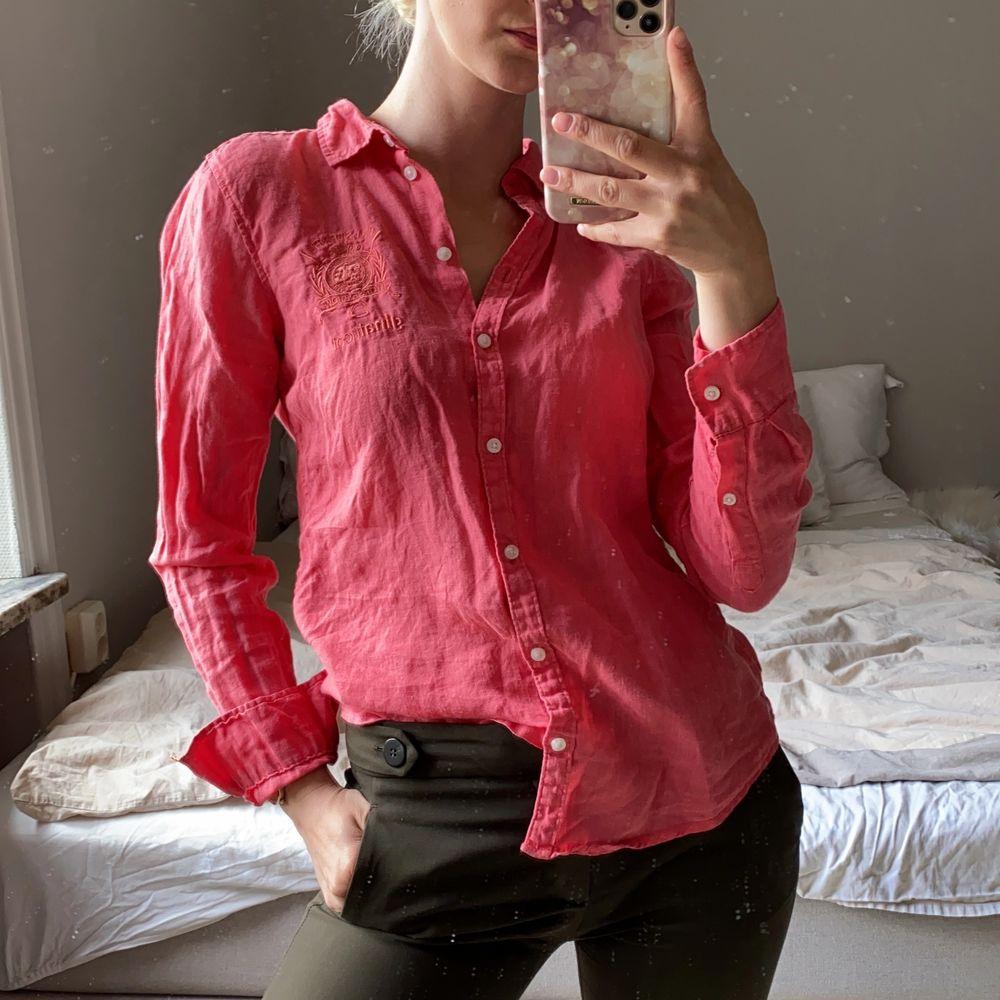 Superfin korallfärgad linneskjorta från ginatricot falsterbo Edit. As snygg när man är brun på sommaren. Skickas mot frakt eller möts i Stockholm. Kolla gärna mina andra annonser ❣️. Skjortor.