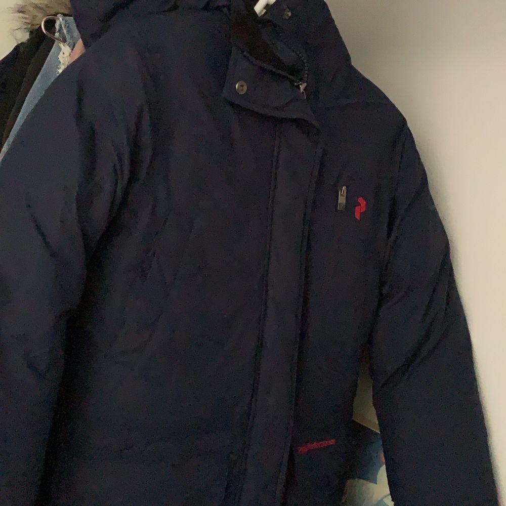 Jättefin mörkblå jacka från peakperformance säljes pågrund av att jag har en likadan svart. Abslut ingen förstår eller hål i jackan. Ingen fast pris det är att bara buda :). . Jackor.