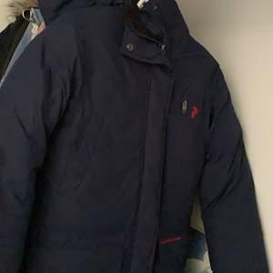 Jättefin mörkblå jacka från peakperformance säljes pågrund av att jag har en likadan svart. Abslut ingen förstår eller hål i jackan. Ingen fast pris det är att bara buda :).