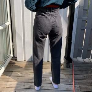Säljer mina gråa mom jeans. Trendiga just nu, säljer pga att dom är lite för långa för mig och för stora i midjan. Köparen står för frakten 💗