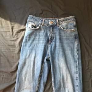 Säljer dessa mom jeansen som sitter vid ankeln på mig och jag är ca 160 cm lång storlek XS och är köpta för 549kr därav priset som jag nu säljer dem för : 160kr + frakt