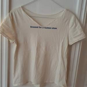 Vit t-shirt med texten