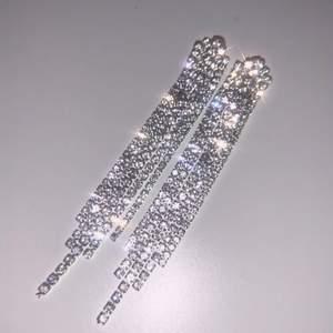ett par superglammiga och lyxiga örhängen köpt på glitter? för runt 199 kr om jag minns rätt. har så mycket örhängen så dessa har inte kommit till användning. men de är perfekt för fest eller om man bara vill klä upp sig lite. ✨ frakten ingår i priset 🥰