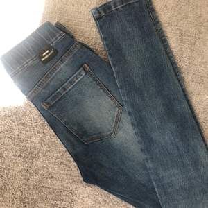 Ett par tighta/stretchiga jeans från Dr.denim! Aldrig använda så i princip nya! Frakt tillkommer 🤩