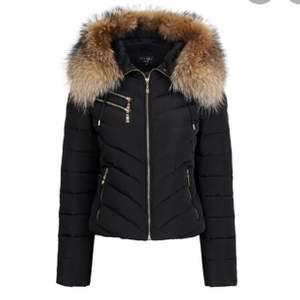 Svart hollies jacka i modellen Chantel, den är använd en vinter sedan har den hängt i garderoben vill bli av med den och därav det billiga priset (köpte den för 4000kr), pälsen är äkta! Skicka meddelande för fler bilder💕