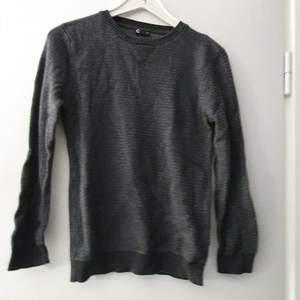 Stickad grå tröja från Cubus. Lite strukturmönster (se bild). Knappt använd alls.
