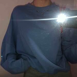 En blå oversized tröja ifrån Zara i strl S Använd några fåtal gånger
