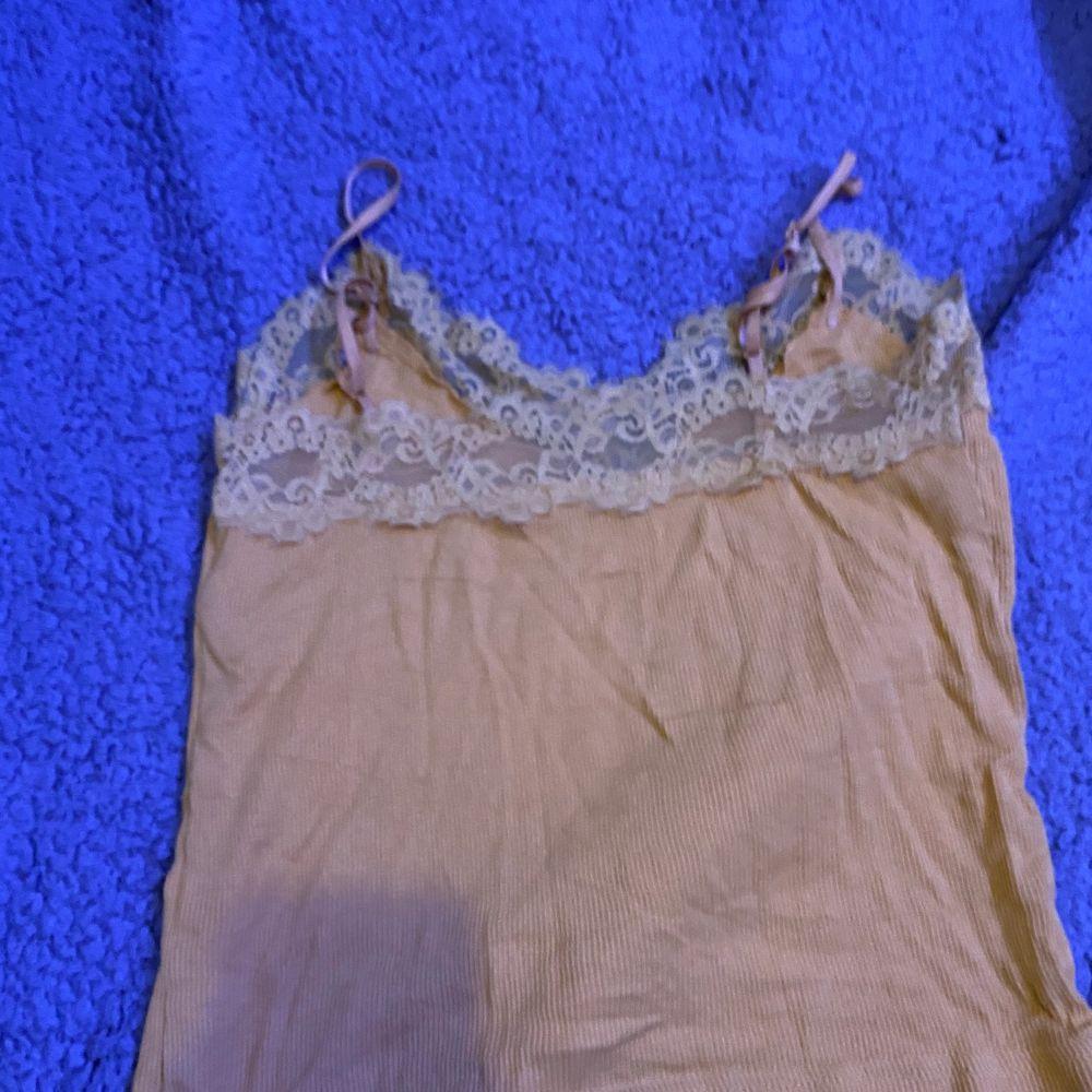 Gult linne med spets. Lite använd. Från bik bok. Xs. Fraktar eller möts upp i Sthlm. VILL BLI AV MED ALLT. Toppar.