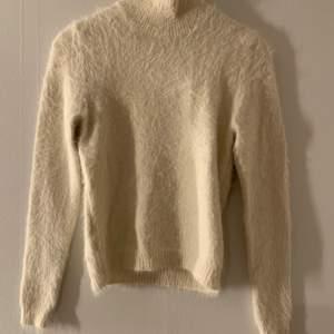 Vit stickad tröja med lite polokrage från Vero Moda 🤍 aldrig använd med prislapp kvar! nypris 350kr, frakt tillkommer