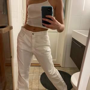 Asballa Vita straight jeans. Storlek 40, sitter lite oversized på mig som vanligtvis har 34 i jeans. Är även för långa på mig som är ca 165💖