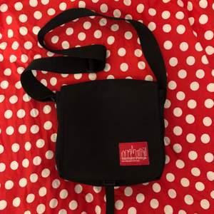 Väska från Manhattan Portage i nyskick, jag har bara använt den två gånger! Säljer bara för att jag aldrig får användning för den tyvärr. Måtten är 20x25 cm💕