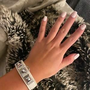 Jätte fint hermes inspirerat armband i vitt med silvriga detaljer. Inga repor och helt oanvändt.