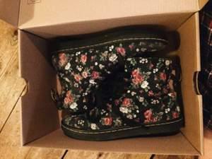 Blommiga tyg Drmartens, med kärlek burna under sommaren 2014.  Säljes i original skokartongen.
