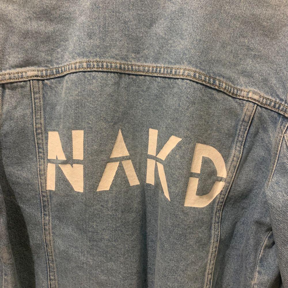 Jacka från NAKD. Den är avklippt på fickorna funkar inte (se bild tre). Fint skick. Strl 34. 70kr + frakt💞. Jackor.
