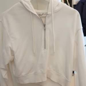 En vit croppad hoodie från weekday med dragkedja längst upp. Knappt använd så inga defekter. Passar både mindre också större storlekar😊