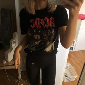cool AC⚡️DC T-shirt. står ingen storlek, men passar xxs/xs. 100 ink frakt