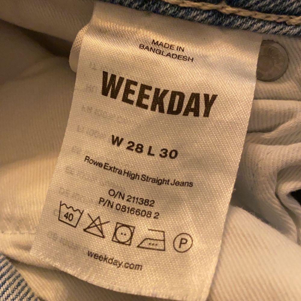 Säljer dessa blåa jeans från weekday. Kommer aldrig till användning längre. Frakt 63kr❤️ (storlek som en 36/38)        . Jeans & Byxor.