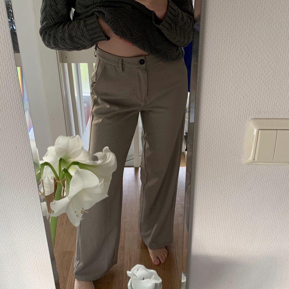 Vida kostymbyxor som används max 3 gånger. Är det fler som är intresserade får ni buda🥰 Frakten ingår i priset 200kr. Jeans & Byxor.