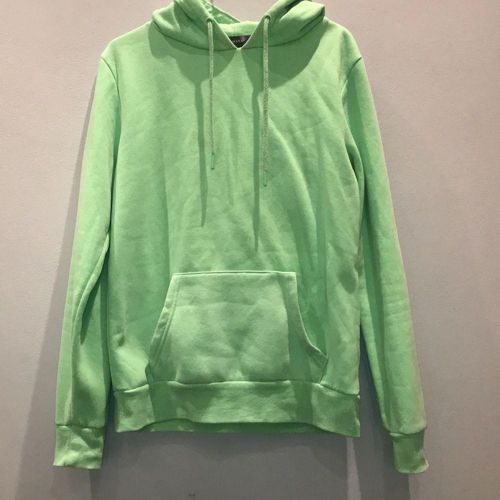 Neon grön hoodie köpt i USA från primark, jätte skön i materialet! Fickan har lossnat lite på ena sidan (sista bilden) men de går ju att sy fast, de syns knappt. Priset går självklart att diskutera!💕 storlek:S men passar mig som har mer M också. Huvtröjor & Träningströjor.