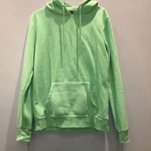 Neon grön hoodie köpt i USA från primark, jätte skön i materialet! Fickan har lossnat lite på ena sidan (sista bilden) men de går ju att sy fast, de syns knappt. Priset går självklart att diskutera!💕 storlek:S men passar mig som har mer M också