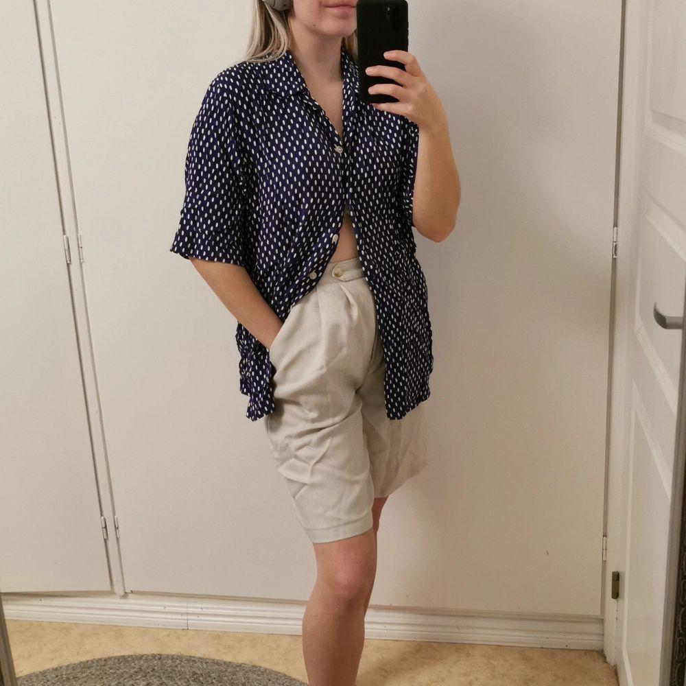 Skjorta från Mac Scott i storlek 42. Mörkblå med vita prickar. . Skjortor.