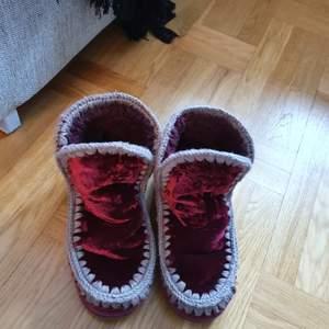 Riktigt goa boots med får ull inuti. Storlek 40 sammet vinröda