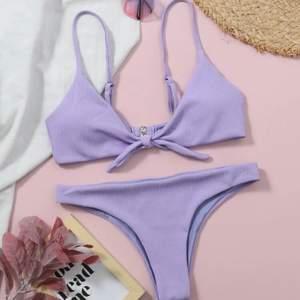Lila bikini från SHEIN, slutsåld så vitt jag vet! Fint skick och aldrig använd, säljes då den inte riktigt passade mig! Strl M men sitter som en XS/S i överdelen! Underdelen är som en S