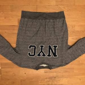 En grå tjock tröja som det står NYC på bröstet                   köptes för 500 kr                                                                         har typ aldrig använt den
