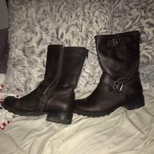 Säljer mina mörkbruna fina skor pga användes ej Använda Max 2 gånger dvs i nyskick Nypris: 449kr  Frakt tillkommer
