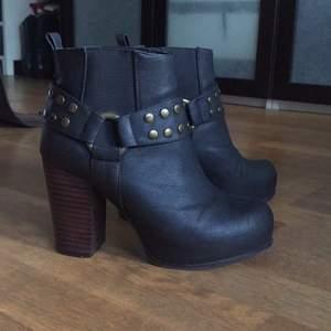Säljer dessa fina boots för jag inte använder dem. Skinnimitation, fint skick!