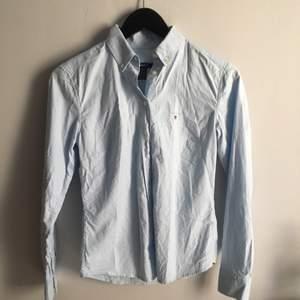 Aldrig använd Gant skjorta Dam i strl 34. Ser ut som på sista bilden i verkligheten men ljuset i de två första är inget bra tyvärr.