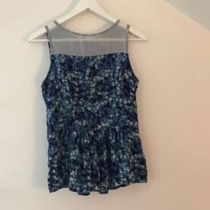 Blå blommig blus. Kan mötas upp i Stockholm eller så står köparen för frakten.