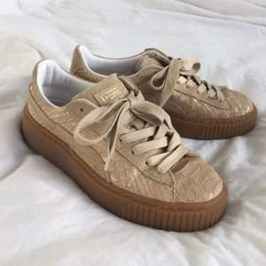 Puma platforms i snakeskin-imitation. Beiga med inslag av guld. Använda cirka 5 gånger. Köpta på sneakers n stuff för drygt 1000 kr.